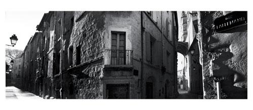 Le vieux Montpellier. Photographie noir et blanc. Le porche de la Cathédrale Saint Pierre depuis la rue Laliemand - Carte Postale panoramique 10x23. Photographe Marianne Raous