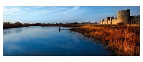Aigues Mortes, les remparts sud - Carte Postale panoramique 10x23. Photographe Marianne Raous