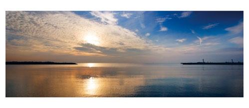 Le Grau du Roi, La sortie du Port depuis la rive gauche - Carte Postale panoramique 10x23. Photographe Marianne Raous