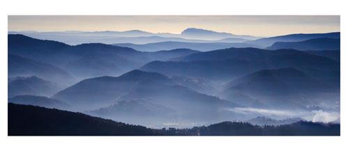 Les Cévennes. Au loin, le Pic Saint Loup et la mer. Carte postale panoramique 10x23 cm - Photographe: Marianne Raous