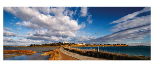 L'île de Maguelone et l'étang de Pierre Blanche - Carte postale panoramique 10x23 cm - Photographe: Marianne Raous