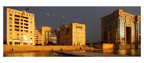 Montpellier, Antigone. L'hotel de région depuis la passerelle Athéna - Carte Postale panoramique 10x23. Photographe Marianne Raous