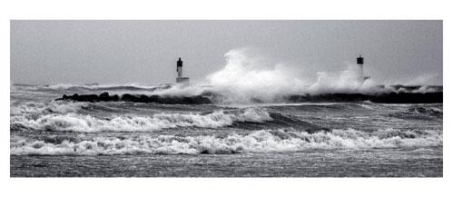 Carnon plage, les phares sous la tempête - Carte postale panoramique 10x23 cm - Photographe: Marianne Raous