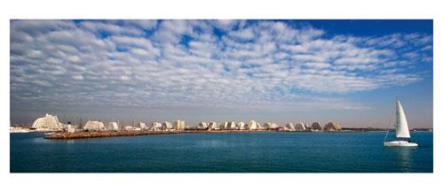 La Grande Motte depuis la mer. Voilier et pyramides. Carte postale panoramique 10x23 cm - Photographe: Marianne Raous
