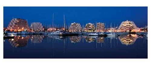 La Grande Motte - Crépuscule sur le port - Carte postale panoramique 10x23 cm - Photographe: Marianne Raous