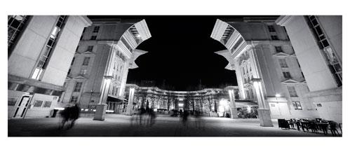 Montpellier, Antigone de nuit. Photographie noir et blanc. Enfilade de la Place du Millénaire et de la Place du Nombre d'Or - Carte Postale panoramique 10x23. Photographe Marianne Raous
