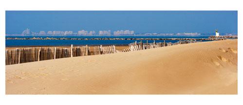 La Plage de Port Camargue. Au loin, la Grande Motte - Carte postale panoramique 10x23 cm - Photographe: Marianne Raous