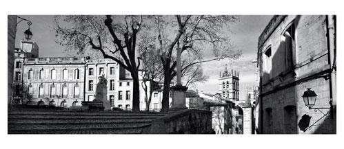 Le vieux Montpellier. Photographie noir et blanc. Place de la Canourgue - Carte Postale panoramique 10x23. Photographe Marianne Raous