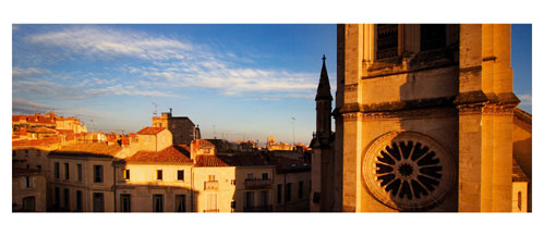 Montpellier - Le clocher de l'Eglise Saint Anne dominant les toits. Carte Postale panoramique 10x23. Photographe Marianne Raous