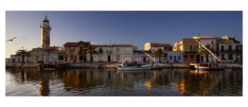 Le Grau du Roi, Le Canal et le vieux phare - Carte Postale panoramique 10x23. Photographe Marianne Raous
