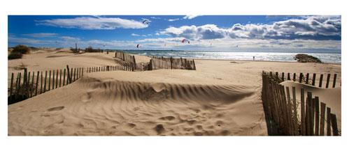 La Plage du Boucanet entre le Grau du Roi et La Grande Motte - Carte Postale panoramique 10x23. Photographe Marianne Raous