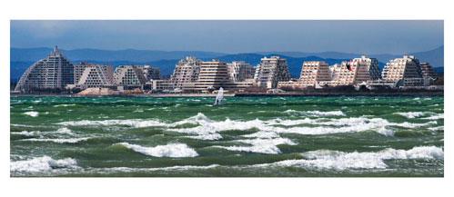 La grande Motte depuis Le Grau du Roi - Carte Postale panoramique 10x23. Photographe Marianne Raous
