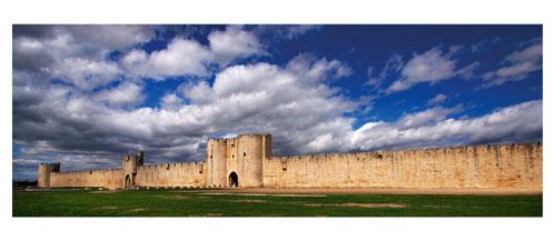 Aigues Mortes - Les remparts sud - Carte Postale panoramique 10x23. Photographe Marianne Raous