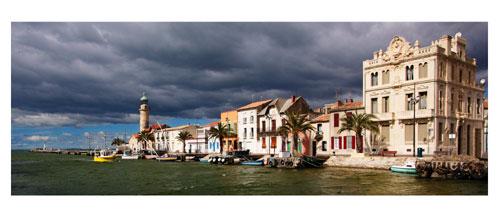 Le Grau du Roi, Le canal et le vieux phare. Carte postale panoramique 10x23 cm. Photographe: Marianne Raous