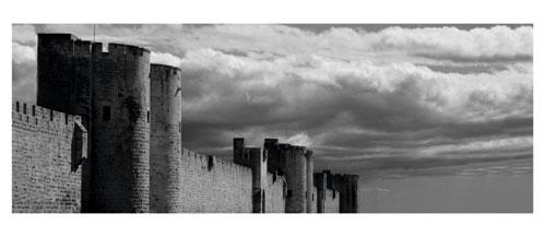 Aigues Mortes - Photographie noir et blanc - Les remparts sud - Carte Postale panoramique 10x23. Photographe Marianne Raous
