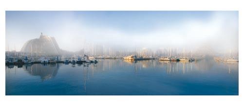 La Grande Motte - Coup de brume sur le port, les pyramides et les bateaux - Carte postale panoramique 10x23 cm - Photographe: Marianne Raous