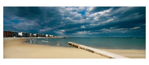Palavas - La plage. Baignade sous un ciel d'orage - Carte postale panoramique 10x23 cm - Photographe: Marianne Raous