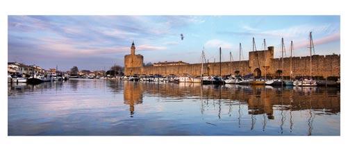 Aigues Mortes - Photographie couleur - Les remparts vus depuis le port à la fin du jour- Carte Postale panoramique 10x23. Photographe Marianne Raous