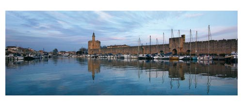 Aigues Mortes - Photographie couleur - Les remparts vus depuis le port Saint Louis à la fin du jour- Carte Postale panoramique 10x23. Photographe Marianne Raous