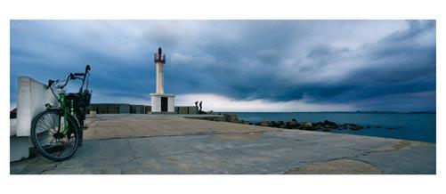 Vélo, phare, bleu, partie de pèche sur la jetée du Grau du Roi. Carte postale panoramique 10x23 cm. Photographe: Marianne Raous