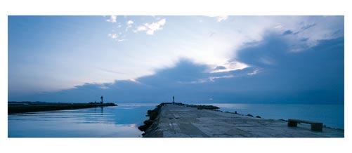 Crépuscule sur la jetée du Grau du Roi. Carte postale panoramique 10x23 cm. Photographe: Marianne Raous