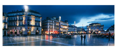 Promeneurs sur la place de la Comédie à Montpellier. Carte Postale panoramique 10x23. Photographe Marianne Raous