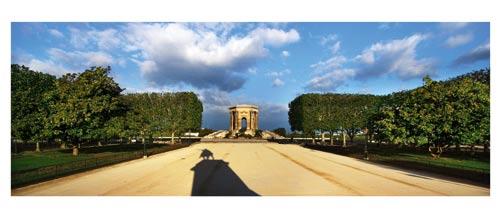 La promenade du Peyrou, Montpellier. Le chateau d'eau, l'ombre de la statue equestre de louis XIV, les platanes. Carte Postale panoramique 10x23. Photographe Marianne Raous