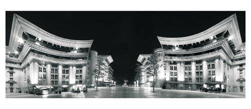 Montpellier, Antigone de nuit. Photographie noir et blanc. Place du Nombre d'Or - Carte Postale panoramique 10x23. Photographe Marianne Raous