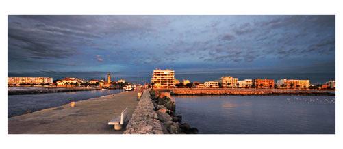 Le Grau du Roi - Le port depuis la jetée au soleil couchant.