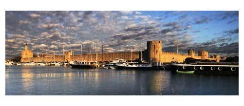 Aigues Mortes -  Les remparts d'aigues Mortes - Le Port Saint Louis dominé par la tour de Constance